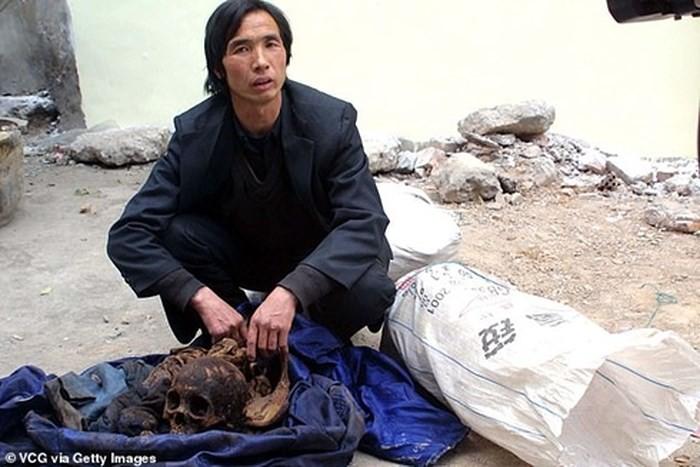 Trung Quốc: Cha mẹ gào khóc trước mộ con gái bị trộm xác làm cô dâu ma - Ảnh 5.