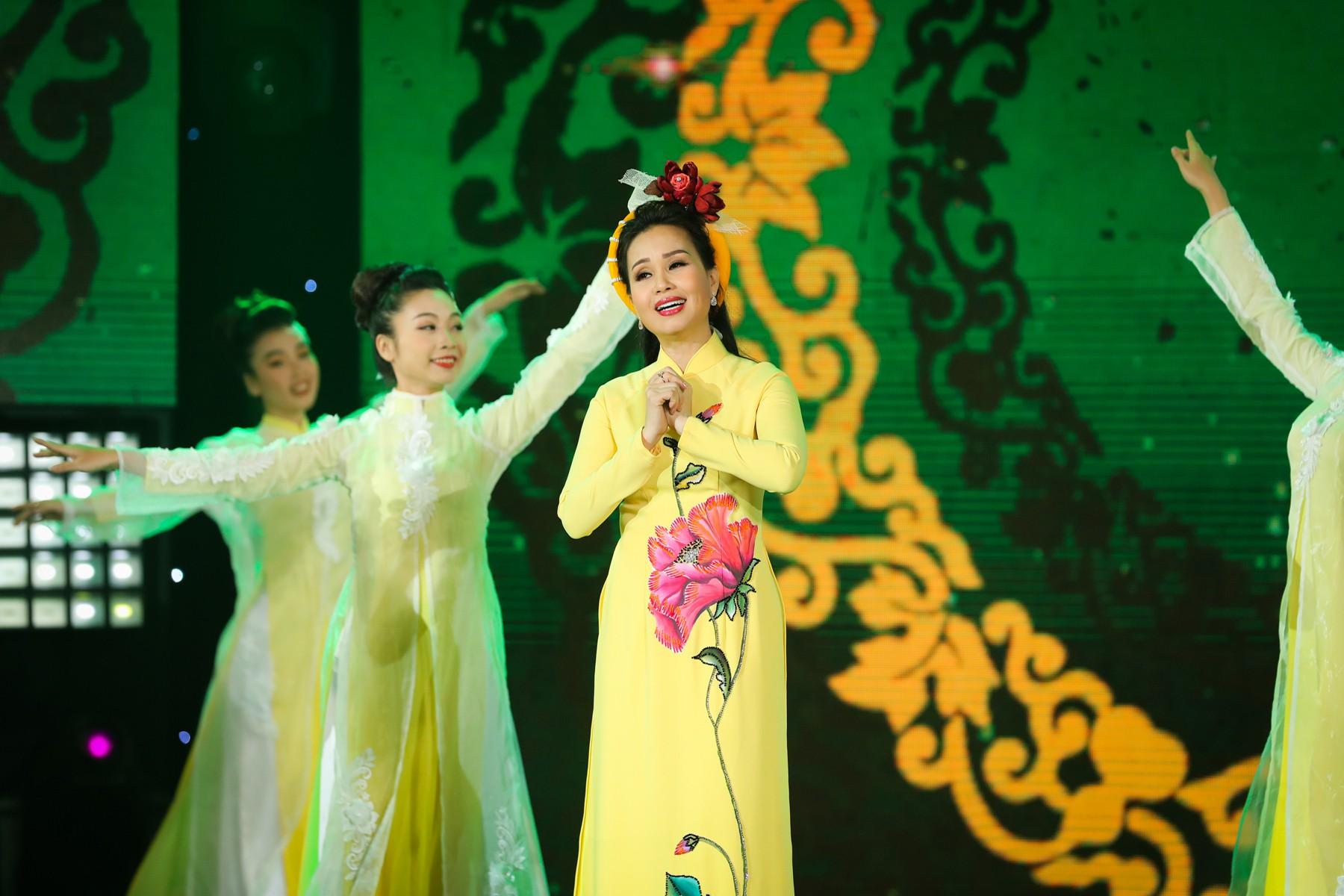 Hồ Ngọc Hà lần đầu trình diễn ca khúc mới, cùng dàn sao Việt đình đám hội ngộ trong chương trình nhạc Xuân 2019 - Ảnh 7.