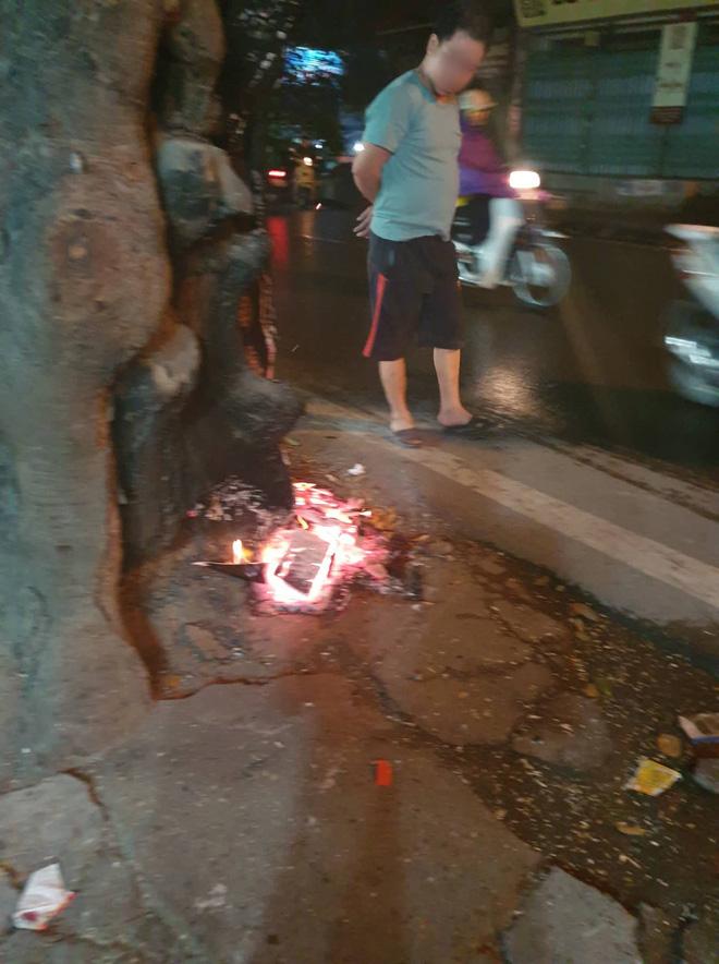 Clip: Dừng xe để cứu cây cổ thụ đang bị đốt gốc ở Hà Nội, 2 cô gái bị nói lo bò trắng răng - Ảnh 2.