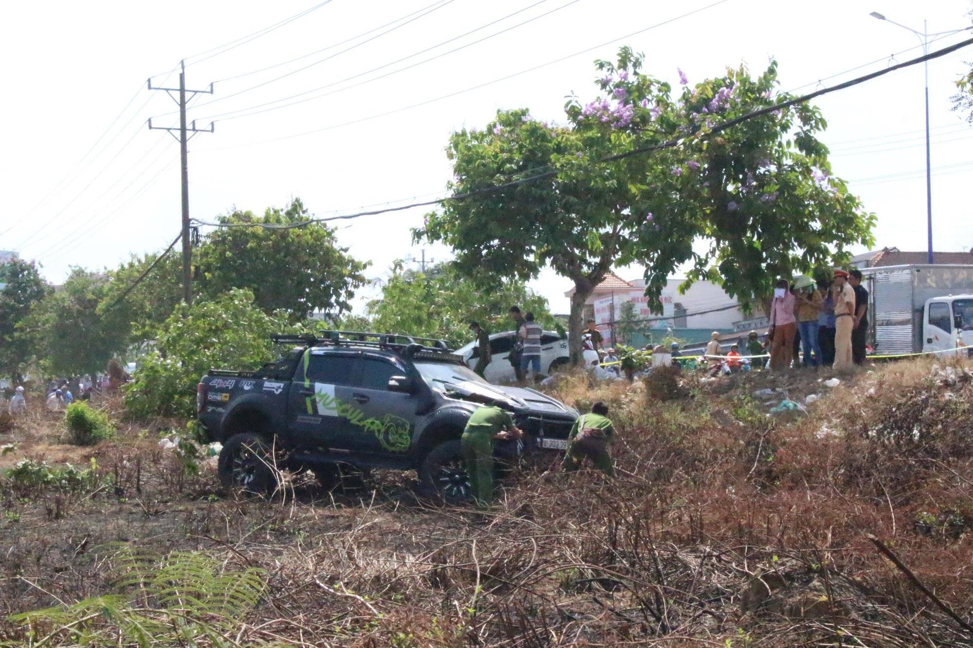 Bình Dương: Nghi vấn hai ô tô đua tốc độ gây tai nạn liên hoàn, người đàn ông bán dưa bên đường bị tông tử vong - Ảnh 2.