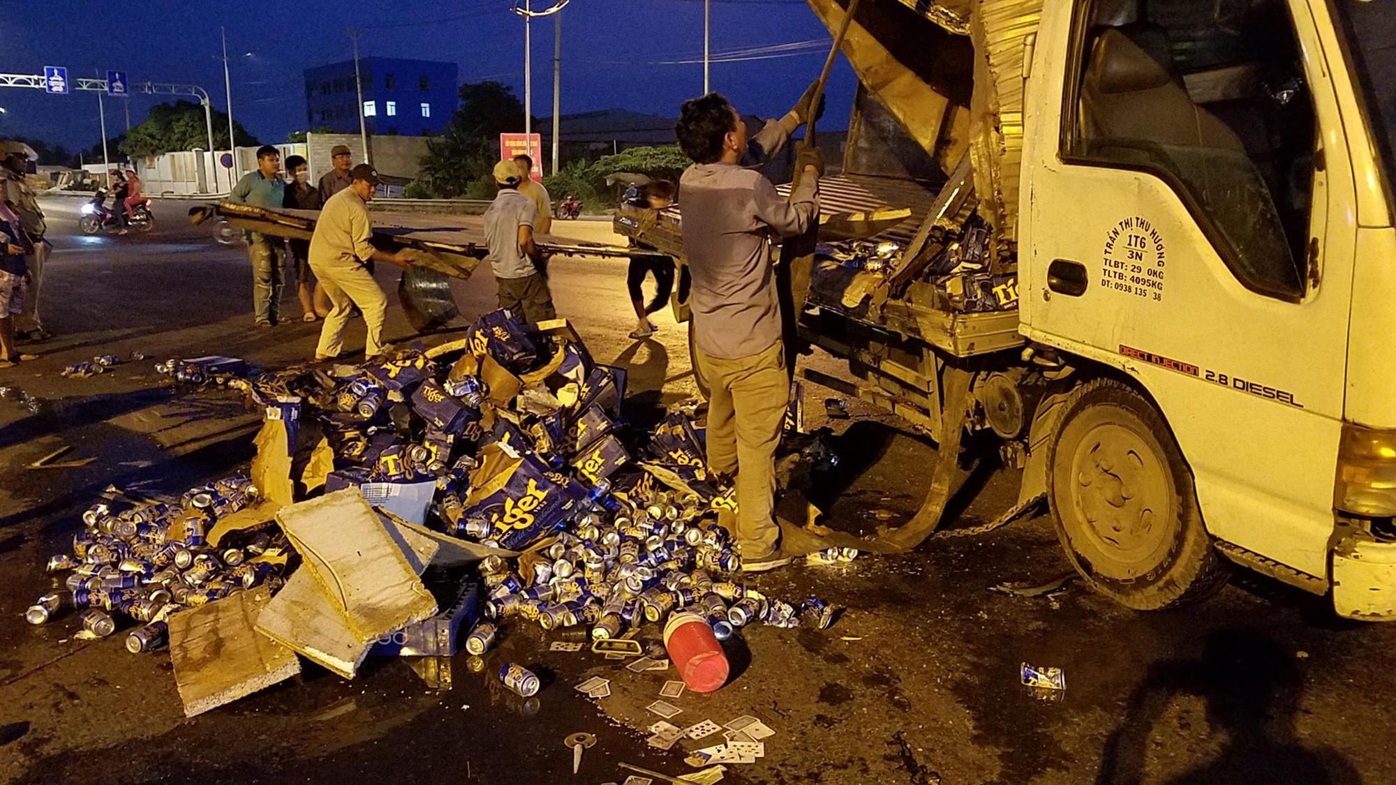 TP.HCM: Xe tải chở bia lật giữa đường, người dân giúp tài xế thu gom - Ảnh 2.