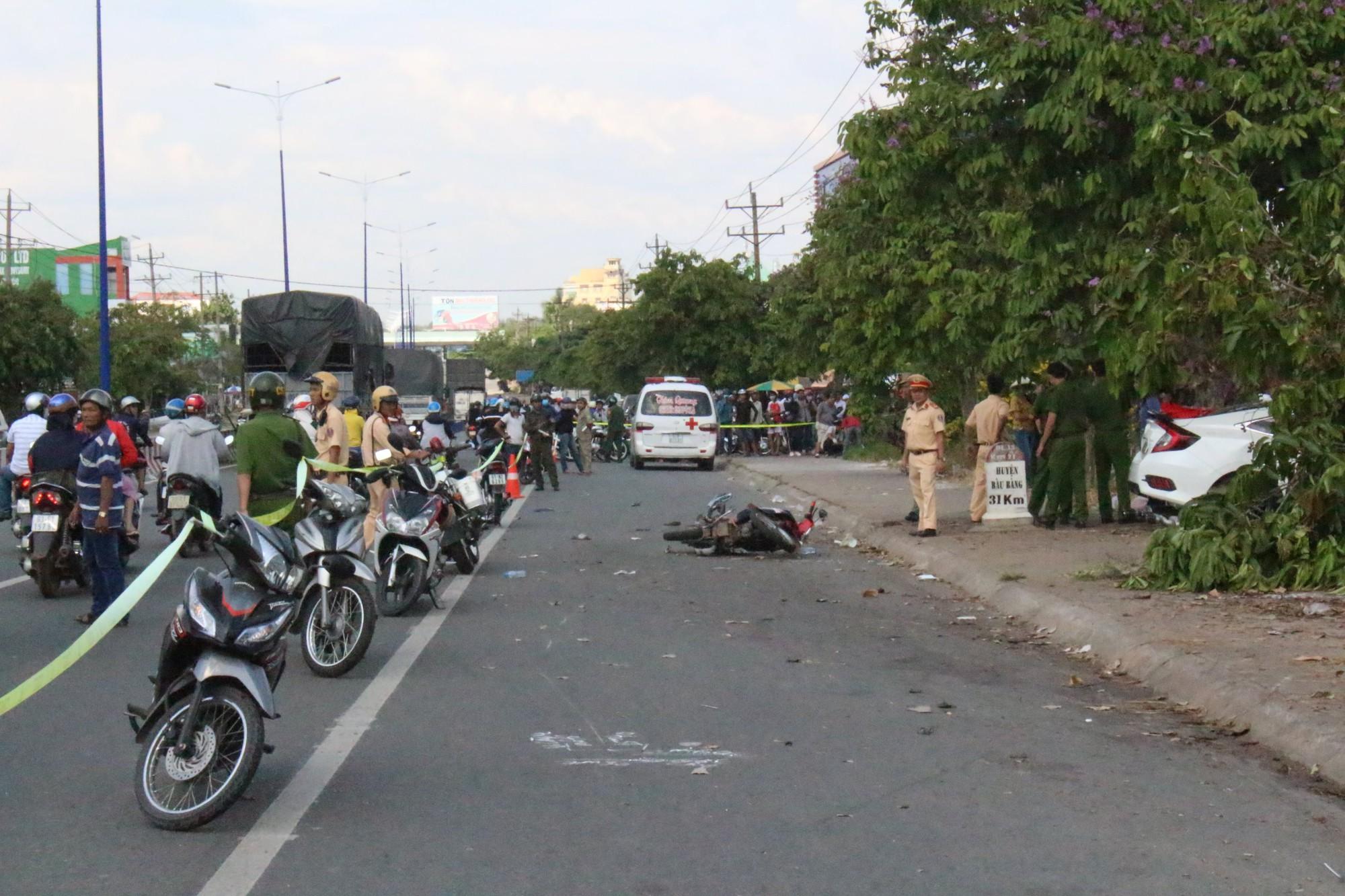 Bình Dương: Nghi vấn hai ô tô đua tốc độ gây tai nạn liên hoàn, người đàn ông bán dưa bên đường bị tông tử vong - Ảnh 3.