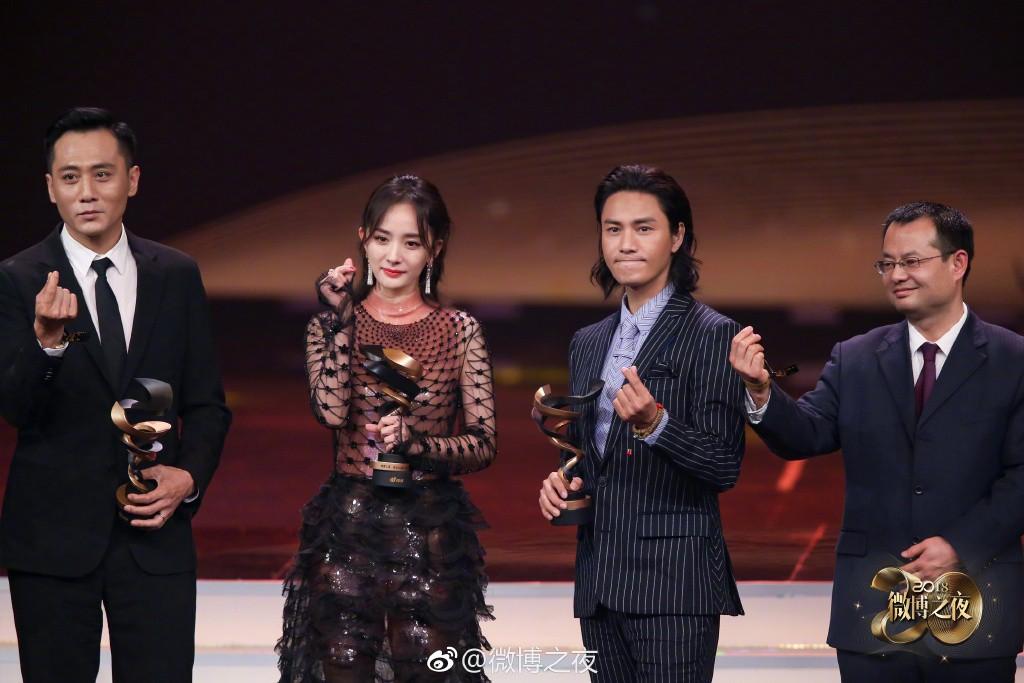 Mỹ nhân quỵt tiền Dương Mịch nhận giải thưởng từ thiện của năm, netizen mỉa mai: Trò đùa nực cười nhất 2018 - Ảnh 3.