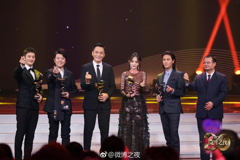 Thái độ trái ngược của Địch Lệ Nhiệt Ba và dàn sao khi chứng kiến Dương Mịch nhận giải thưởng gây tranh cãi - Ảnh 2.