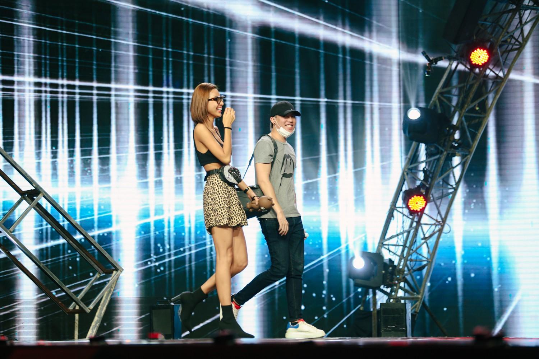 2 nhan sắc chuyển giới Hương Giang - Yoshi đọ mặt mộc trong buổi tổng duyệt Chung kết The Tiffany Vietnam - Ảnh 6.