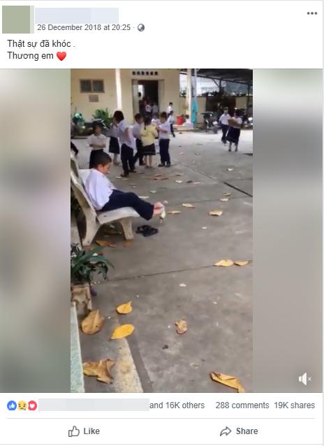 Hình ảnh cậu bé không tay ngồi bóc bánh bằng chân và sự giúp đỡ của những người bạn xung quanh khiến nhiều người xót xa - Ảnh 1.