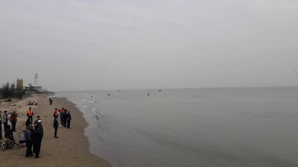 Nghệ An: Xuống bờ biển chơi, nam sinh bị dòng nước cuốn trôi - Ảnh 1.