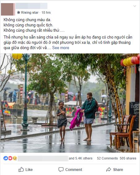 Hình ảnh chàng trai ngoại quốc đuổi theo, tặng chiếc áo ấm cho người đàn ông co ro giữa mưa lạnh ở Hội An khiến nhiều người ấm lòng - Ảnh 1.