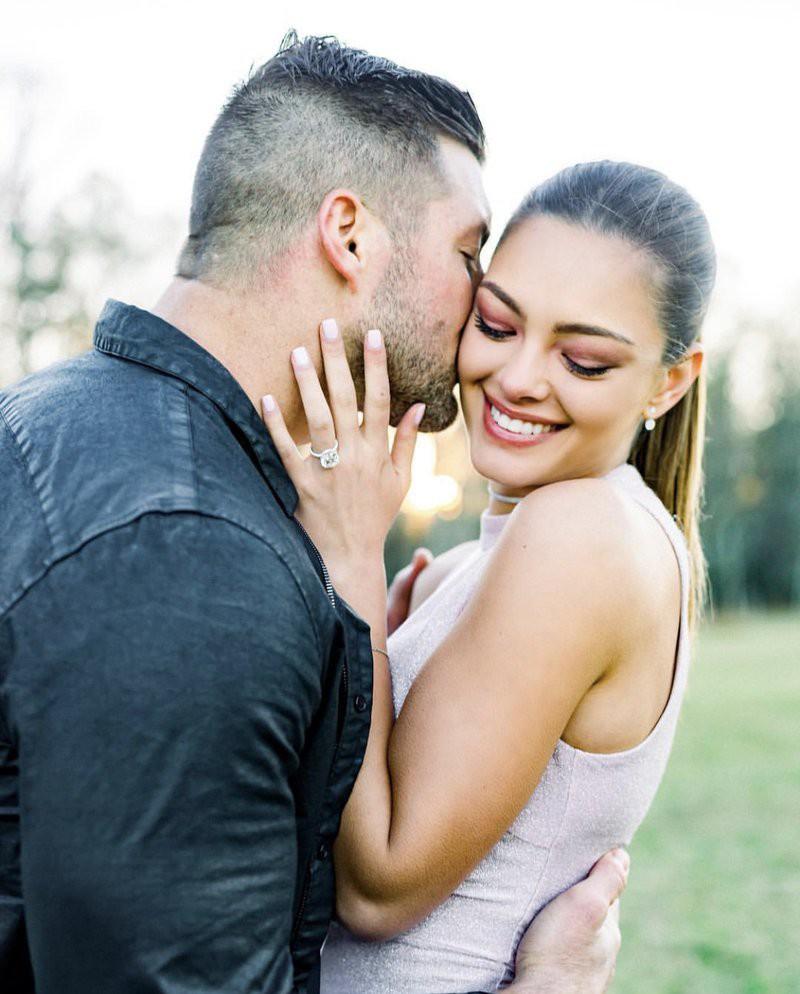 Hoa hậu Hoàn vũ 2017 hạnh phúc đính hôn với bạn trai là siêu sao vừa giàu vừa to cao lực lưỡng - Ảnh 1.