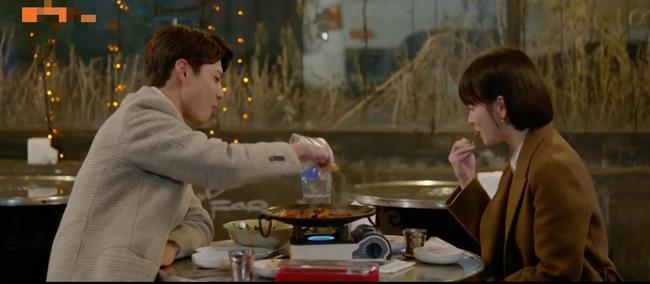 Lần đầu ngủ chung giường với phi công trẻ, Song Hye Kyo đã biểu cảm thế này - Ảnh 2.