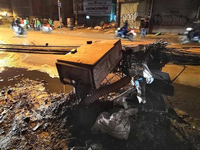 Hà Nội: Kinh hoàng xe bồn kéo đổ hàng loạt cột điện rồi bỏ chạy, khiến nhiều hộ dân mất điện - Ảnh 1.
