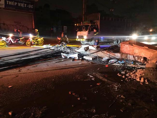 Hà Nội: Kinh hoàng xe bồn kéo đổ hàng loạt cột điện rồi bỏ chạy, khiến nhiều hộ dân mất điện - Ảnh 2.