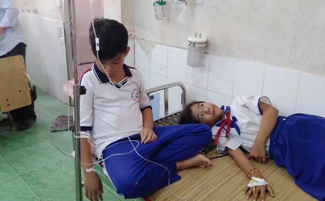 Hàng chục học sinh tiểu học bị ngộ độc nghi do nước súc miệng Fluor - Ảnh 1.