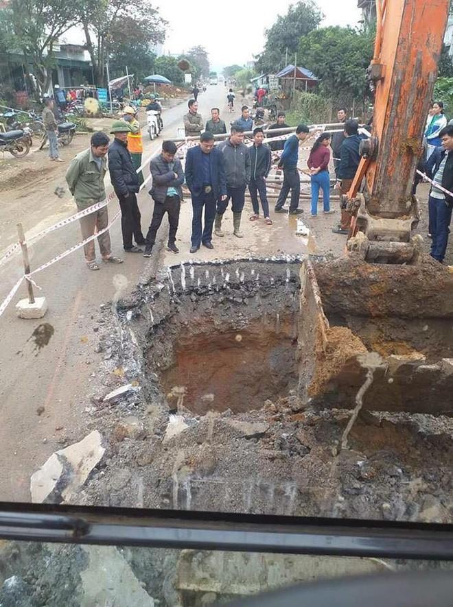 Thực hư thông tin hố tử thần sâu gần 10 mét xuất hiện giữa quốc lộ, bên trong có vàng - Ảnh 2.