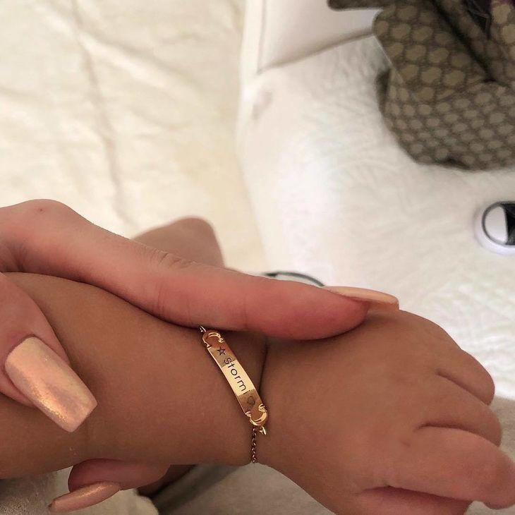 Vén màn cuộc sống rich kid siêu sang của con gái Kylie Jenner: Chưa đầy 1 tuổi đã diện đồ hiệu, ngồi phi cơ riêng - Ảnh 14.