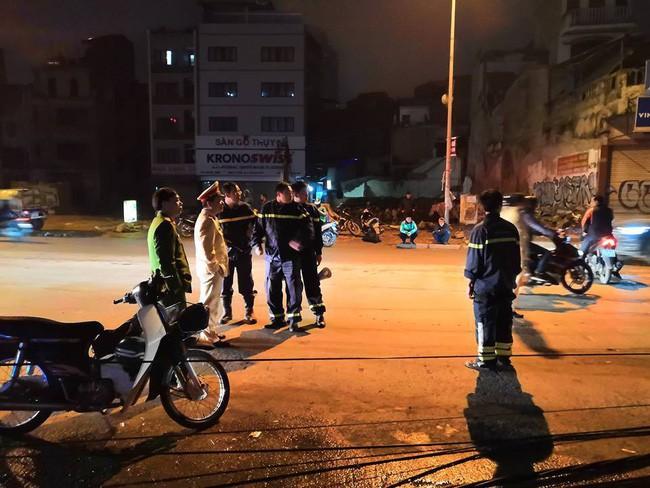 Hà Nội: Kinh hoàng xe bồn kéo đổ hàng loạt cột điện rồi bỏ chạy, khiến nhiều hộ dân mất điện - Ảnh 3.