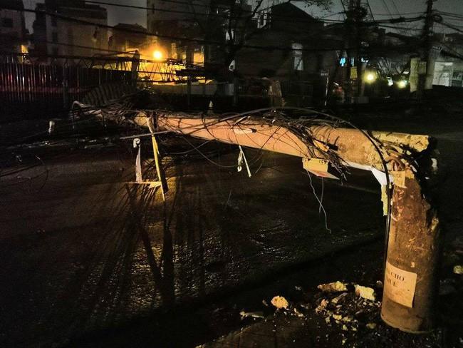 Hà Nội: Kinh hoàng xe bồn kéo đổ hàng loạt cột điện rồi bỏ chạy, khiến nhiều hộ dân mất điện - Ảnh 4.