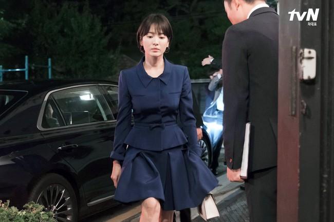 Với 4 tips diện đồ ai cũng học được, Song Hye Kyo vừa hóa nữ thần công sở lại cưa đổ trai trẻ trong Encounter - Ảnh 11.