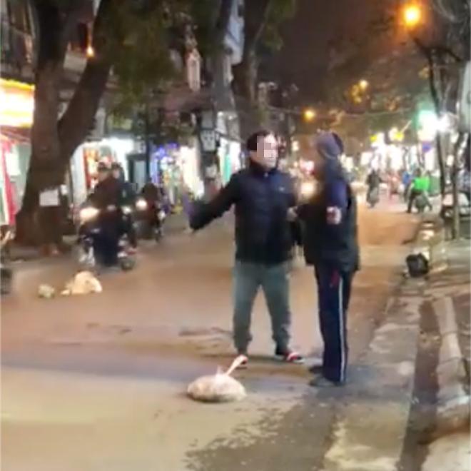 Hà Nội: Bị nhắc nhở vì vứt rác bừa bãi, người đàn ông to tiếng tao ném ra giữa đường chứ ném vào nhà mày à? - Ảnh 1.