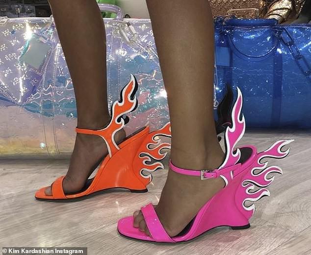 Đẳng cấp rich kid sang chảnh nhất Hollywood: Con gái Kim Kardashian mới 5 tuổi đã tập đi giày cao gót giá cao ngất - Ảnh 1.