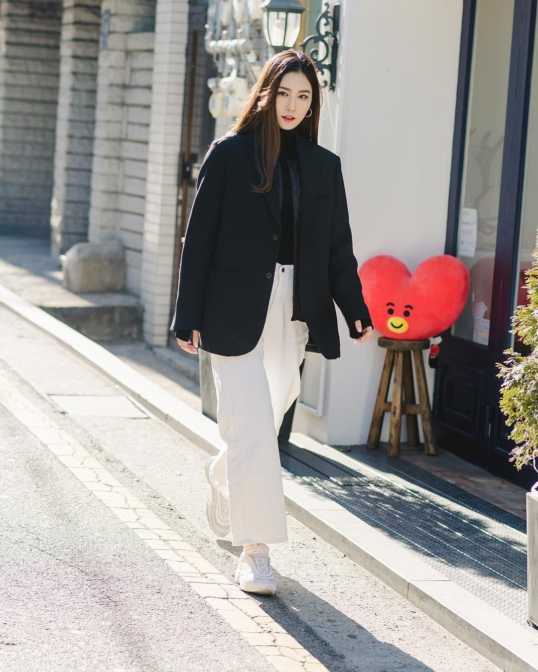 Mê phong cách đơn giản, bụi bặm hay chanh xả, bạn cũng sẽ bỏ túi được cả rổ gợi ý từ street style tuần qua của giới trẻ Hàn - Ảnh 1.