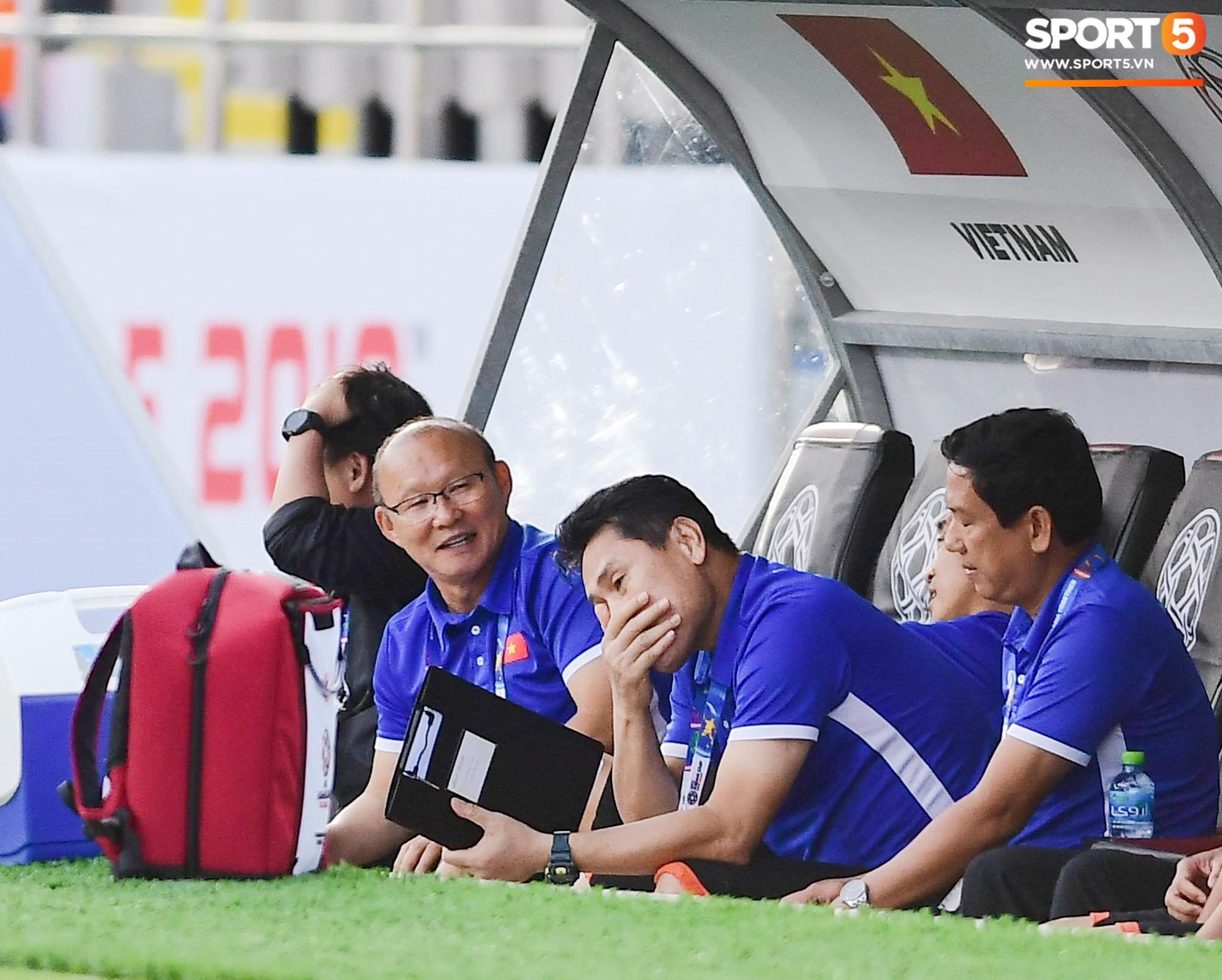 HLV Park Hang-seo nổi nóng với trọng tài, tranh cãi gay gắt với HLV Iran - Ảnh 8.
