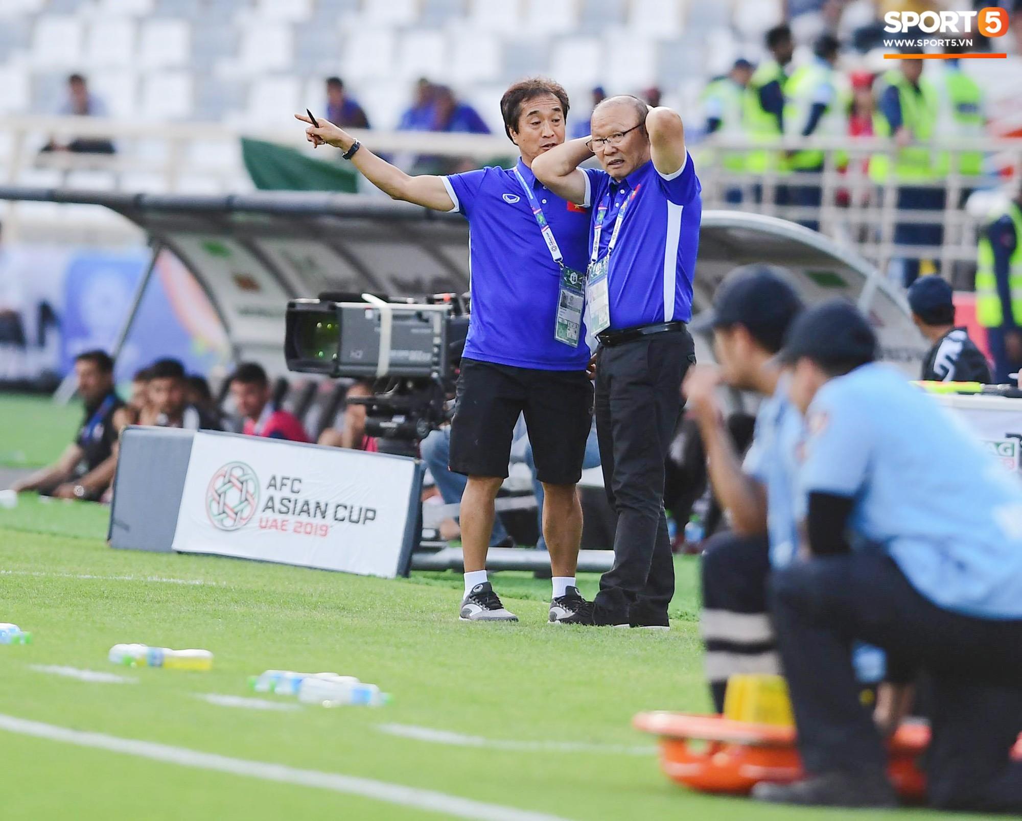 HLV Park Hang-seo nổi nóng với trọng tài, tranh cãi gay gắt với HLV Iran - Ảnh 7.