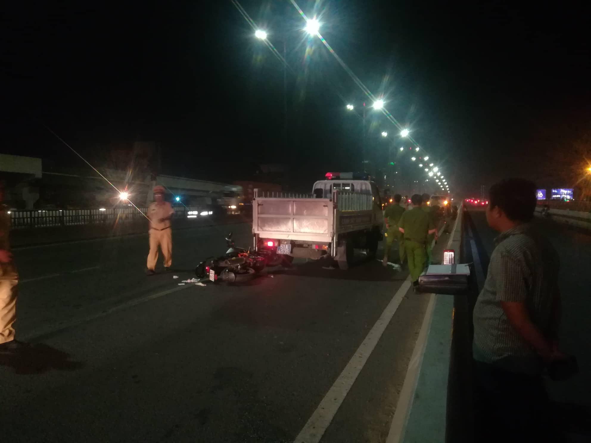 Phát hiện thi thể nam thanh niên trên cầu Sài Gòn, nghi bị tai nạn do đi vào làn đường ô tô - Ảnh 1.