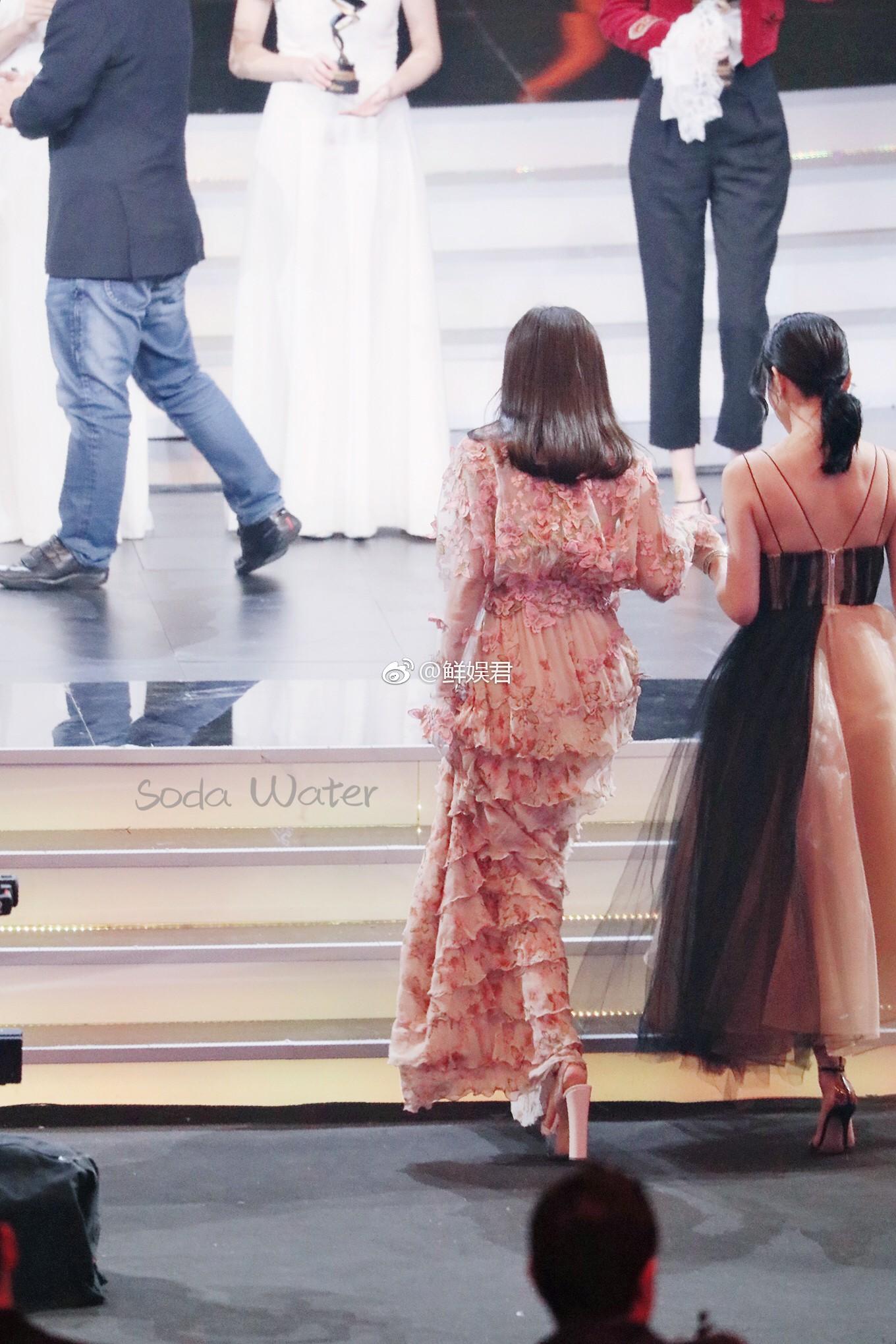 Câu hỏi lớn nhất sự kiện Đêm Weibo 2018: Đôi giày cao gót của Tần Lam cao bao nhiêu cm? - Ảnh 3.