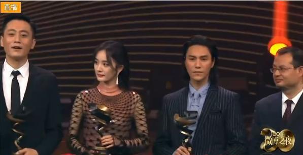 Thái độ trái ngược của Địch Lệ Nhiệt Ba và dàn sao khi chứng kiến Dương Mịch nhận giải thưởng gây tranh cãi - Ảnh 5.