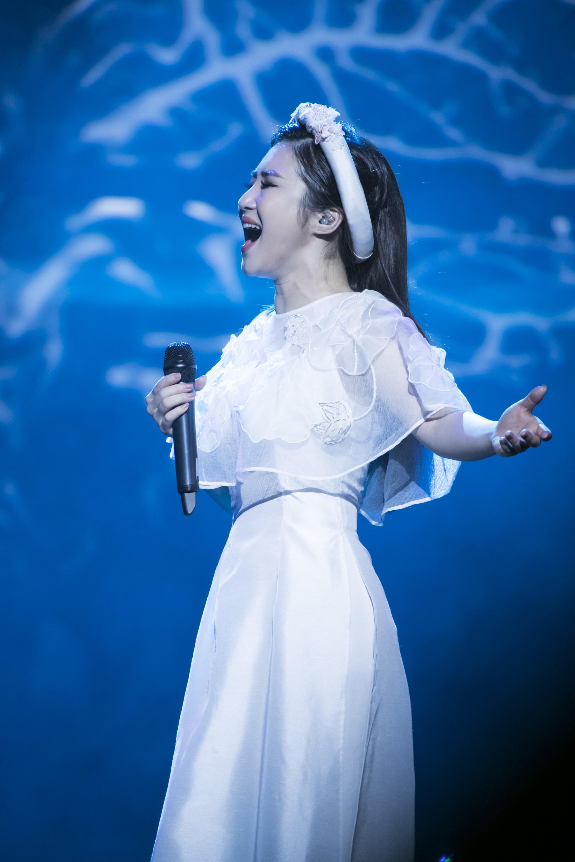 Liveshow đầu tiên của Hương Tràm: Không chỉ là đêm nhạc tôn giọng hát, mà còn lấy nước mắt khán giả với kịch bản cảm động - Ảnh 5.