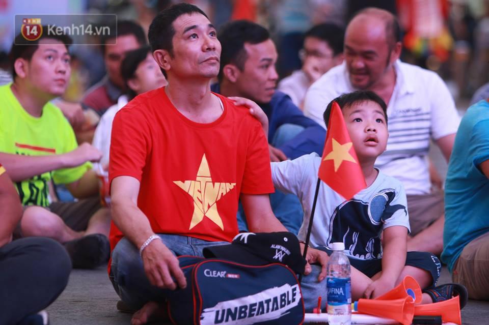 CĐV không giấu được nỗi buồn khi Việt Nam thua Iran với tỷ số 0 - 2 - Ảnh 1.