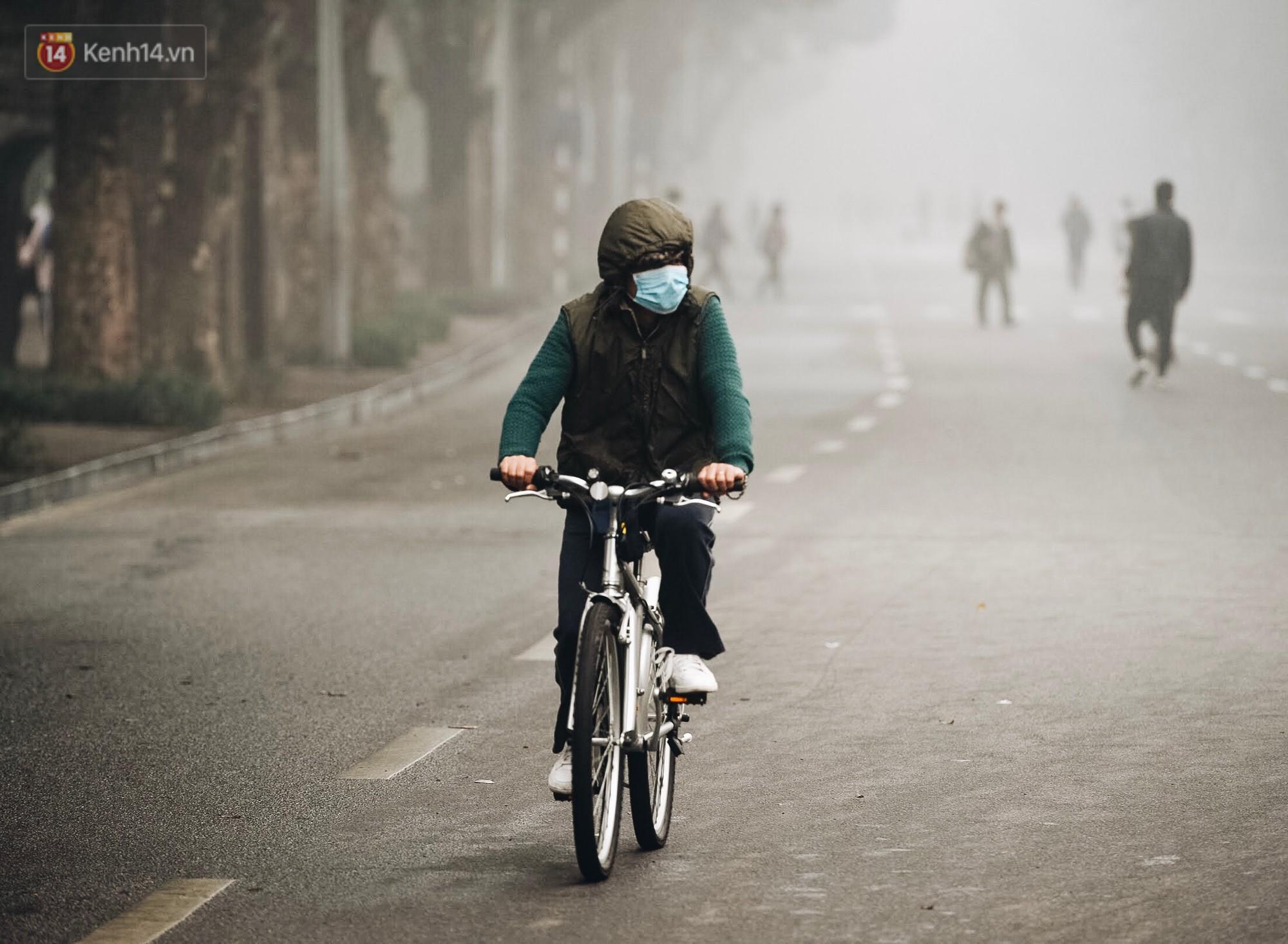 Chùm ảnh: Sáng cuối tuần, sương mù dày đặc phủ kín Hà Nội khiến người dân ngỡ như đang ở Sapa - Ảnh 12.
