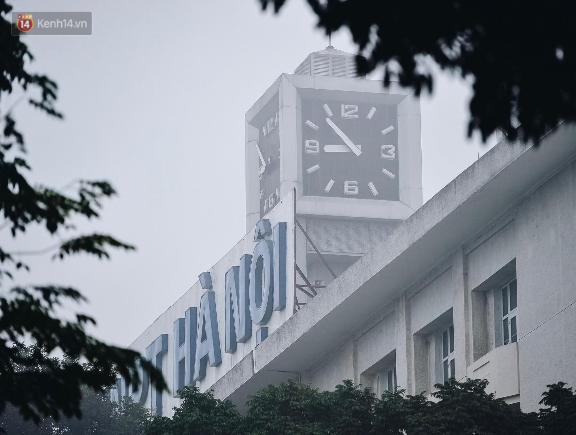 Chùm ảnh: Sáng cuối tuần, sương mù dày đặc phủ kín Hà Nội khiến người dân ngỡ như đang ở Sapa - Ảnh 16.