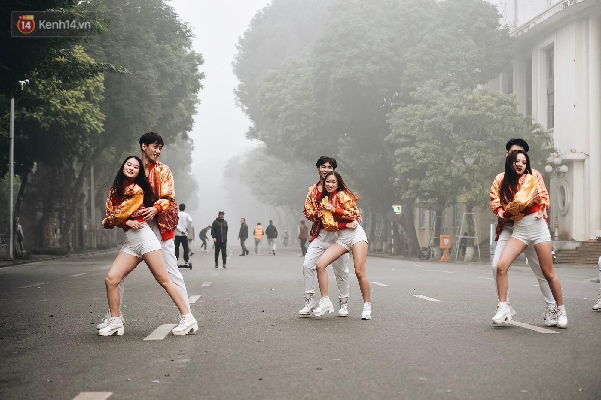 Chùm ảnh: Sáng cuối tuần, sương mù dày đặc phủ kín Hà Nội khiến người dân ngỡ như đang ở Sapa - Ảnh 15.