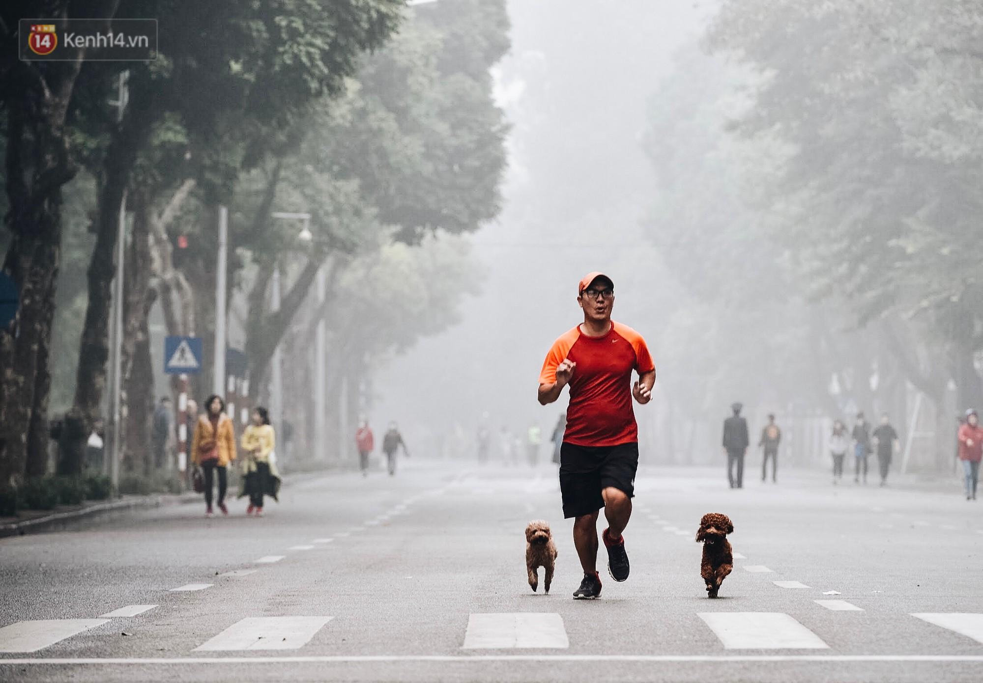 Chùm ảnh: Sáng cuối tuần, sương mù dày đặc phủ kín Hà Nội khiến người dân ngỡ như đang ở Sapa - Ảnh 11.