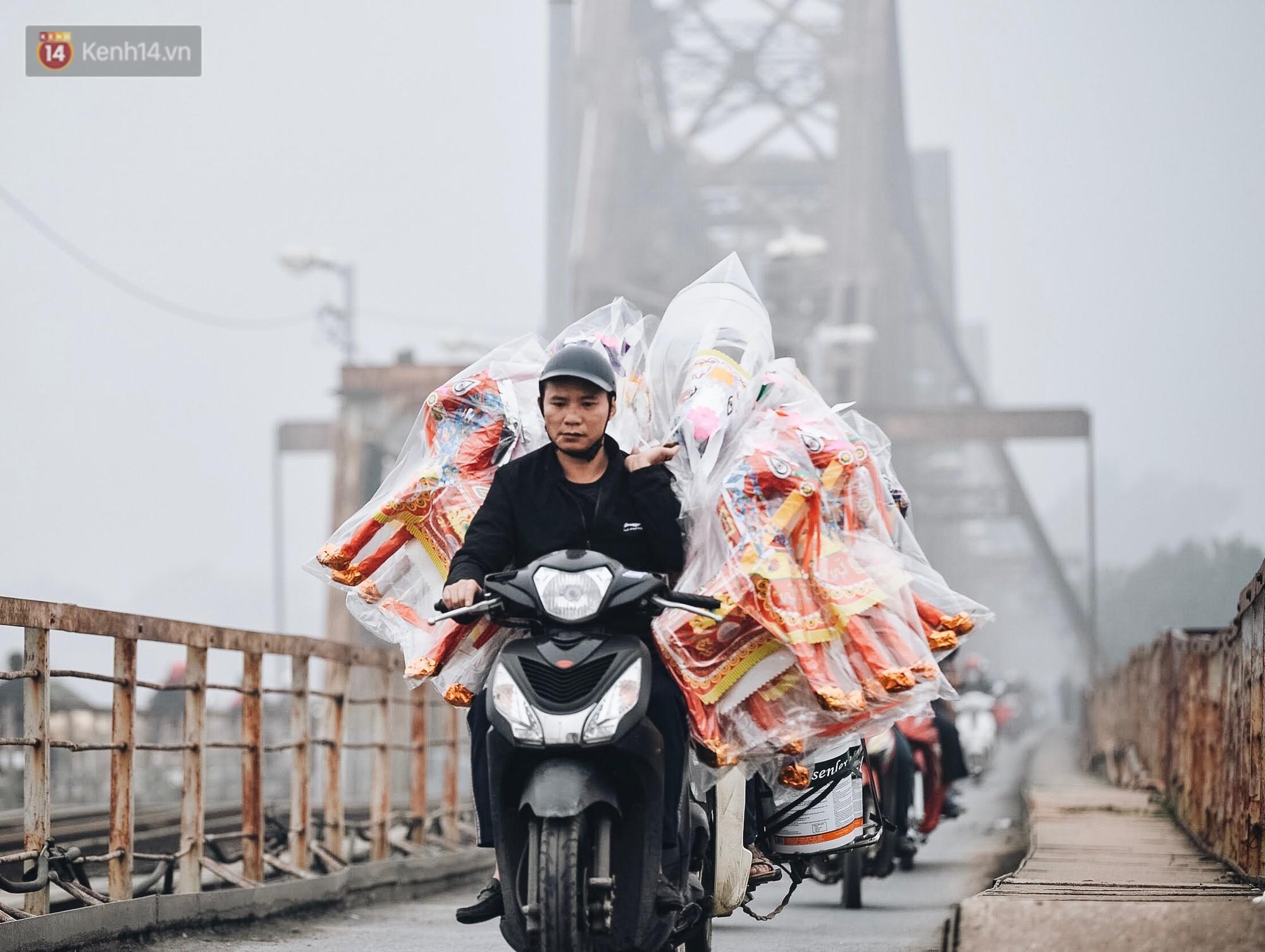 Chùm ảnh: Sáng cuối tuần, sương mù dày đặc phủ kín Hà Nội khiến người dân ngỡ như đang ở Sapa - Ảnh 9.