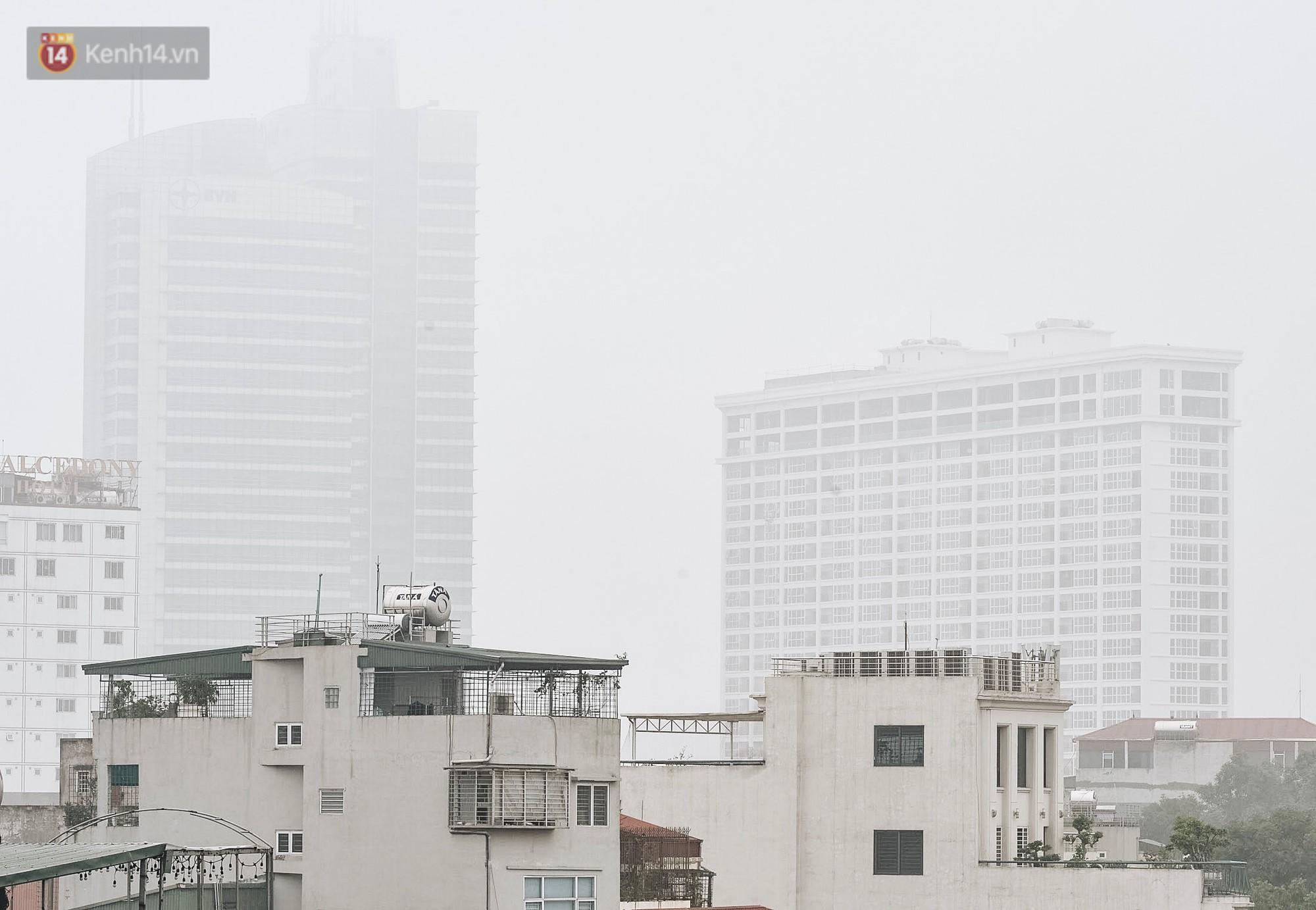 Chùm ảnh: Sáng cuối tuần, sương mù dày đặc phủ kín Hà Nội khiến người dân ngỡ như đang ở Sapa - Ảnh 1.