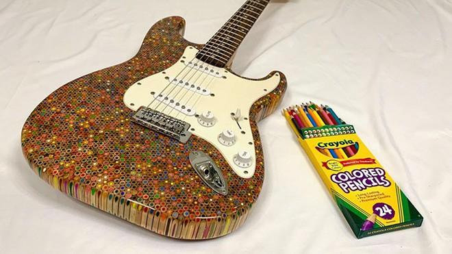 Cùng xem anh chàng khéo tay chế tác chiếc guitar điện đẹp kiệt xuất từ 1200 cái bút chì - Ảnh 1.