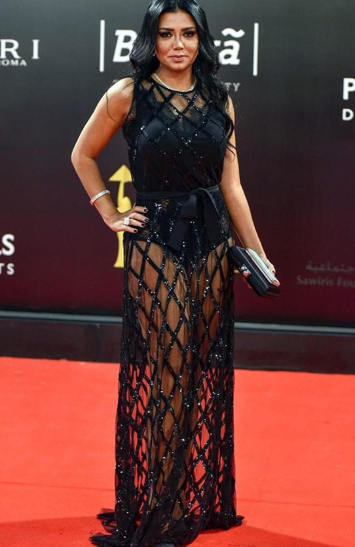 Nữ diễn viên phải đối mặt với án tù vì mặc váy xuyên thấu - Ảnh 1.