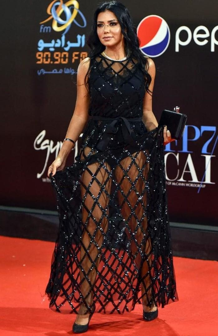 Nữ diễn viên phải đối mặt với án tù vì mặc váy xuyên thấu - Ảnh 2.