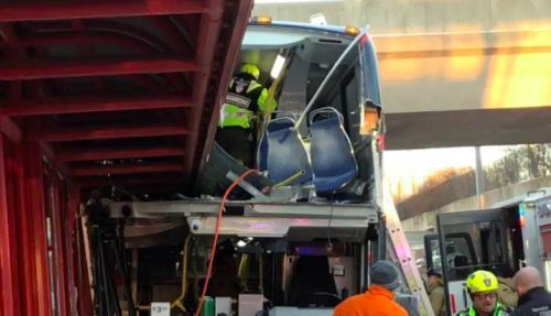 Xe buýt đâm vào mái vòm nhà chờ làm 26 người thương vong - Ảnh 1.