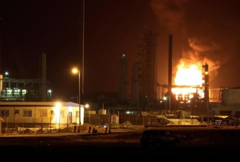 Cháy bể chứa 7.000 tấn dầu ở Aden (Yemen) gây thiệt hại nghiêm trọng - Ảnh 1.