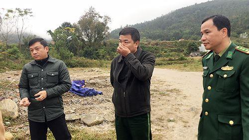 Cận cảnh cửu vạn nườm nượp vác hàng lậu qua biên giới Quảng Ninh - Ảnh 11.