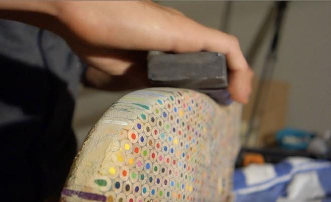 Cùng xem anh chàng khéo tay chế tác chiếc guitar điện đẹp kiệt xuất từ 1200 cái bút chì - Ảnh 13.