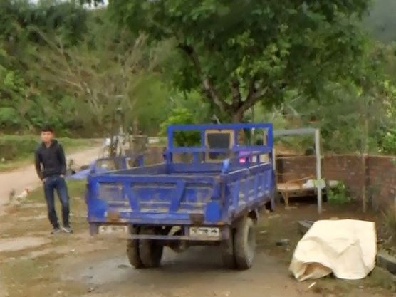 Cận cảnh cửu vạn nườm nượp vác hàng lậu qua biên giới Quảng Ninh - Ảnh 18.