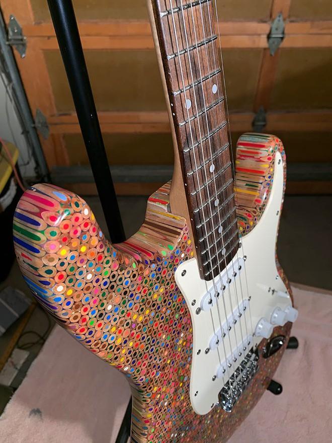 Cùng xem anh chàng khéo tay chế tác chiếc guitar điện đẹp kiệt xuất từ 1200 cái bút chì - Ảnh 18.