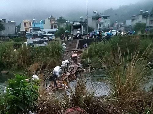 Cận cảnh cửu vạn nườm nượp vác hàng lậu qua biên giới Quảng Ninh - Ảnh 23.