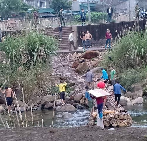 Cận cảnh cửu vạn nườm nượp vác hàng lậu qua biên giới Quảng Ninh - Ảnh 7.