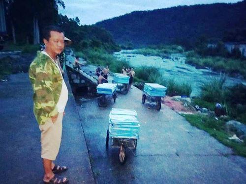 Cận cảnh cửu vạn nườm nượp vác hàng lậu qua biên giới Quảng Ninh - Ảnh 8.